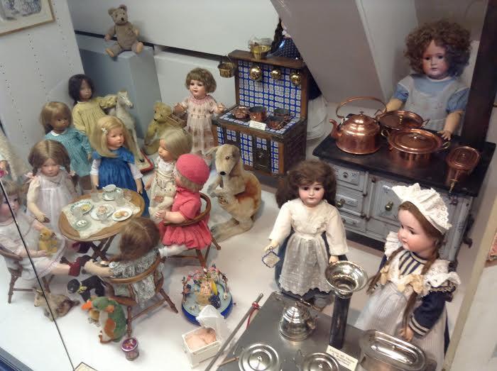 ציריך ב 24 שעות, גן עדן הבלתי מעורער של השוקולד - מוזאון הבובות - Eat Fly Dress by Yuliah Vine