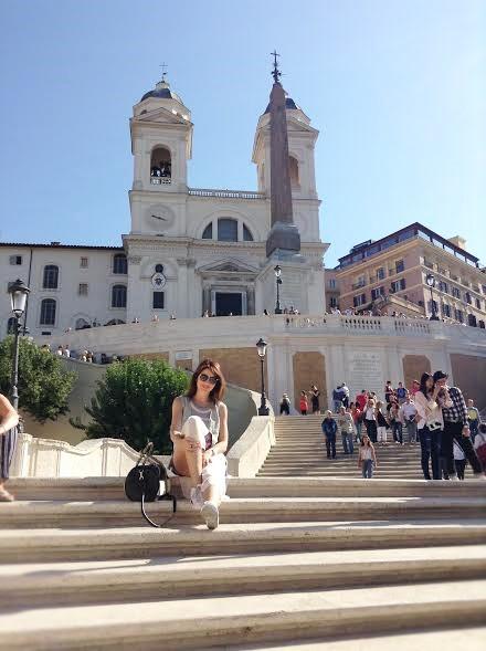 אני יושבת במדרגות הספרדיות ברומא - Eat Fly Dress by Yuliah Vine